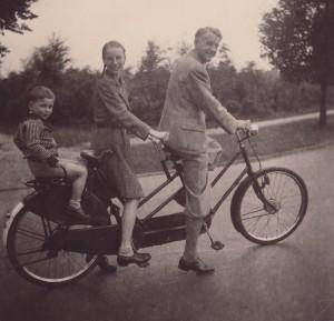 Hedda Kalshoven (center) with family in June, 1943